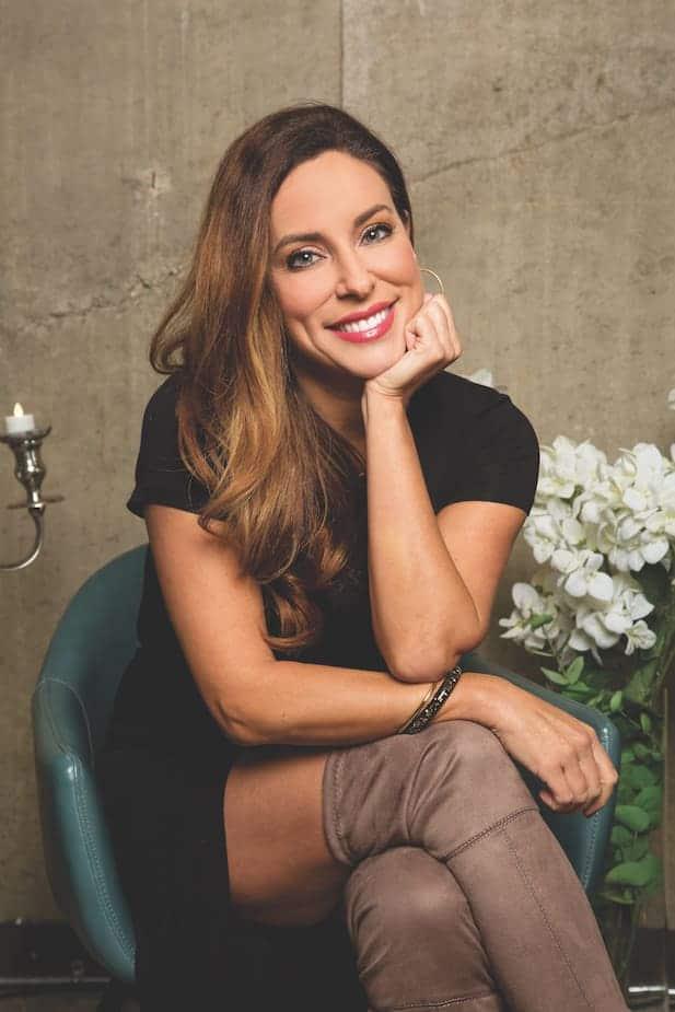 Animatrice de l'émission Roue de fortune chez vous!, Anick Dumontet charme plus d'un million de téléspectateurs chaque semaine !